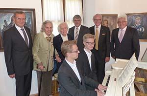 Gruppenbild auf der Harburg: Vernissage der Warnecke-Werke